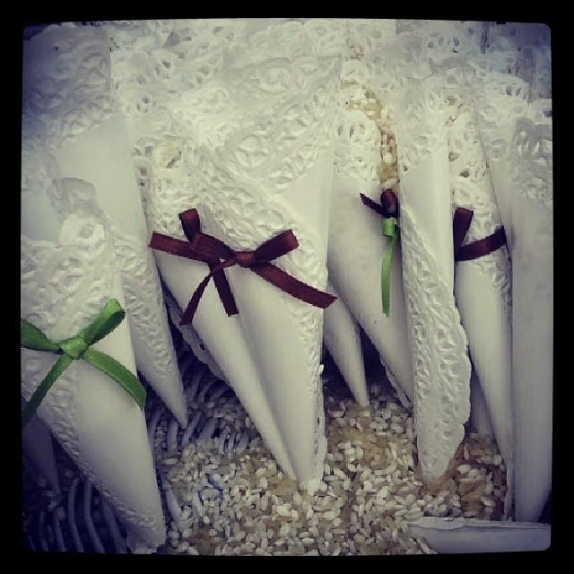 coni di riso in pizzo con centrini di carta marrone e verde tema matrimonio wedding planner