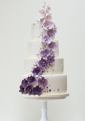 torta nuziale con fiori colorati viola