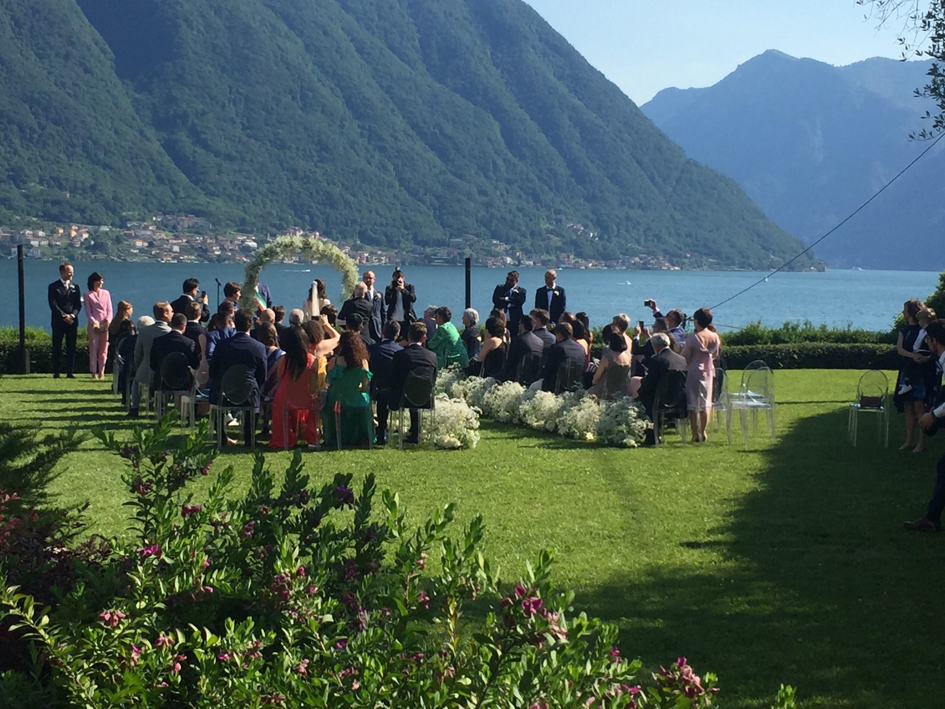 Matrimonio sul lago di Como con dettagli in plexiglass e argento