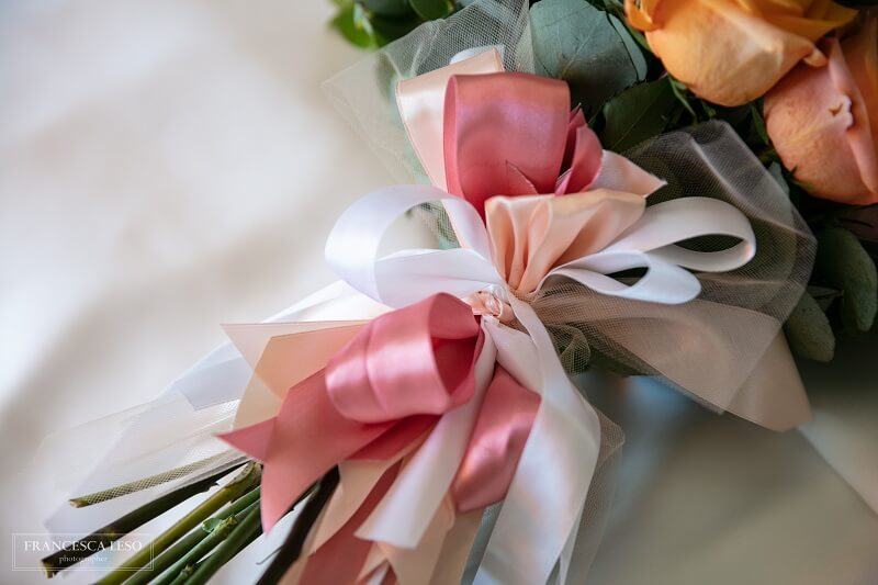 tema living coral bouquet con rose e nastri