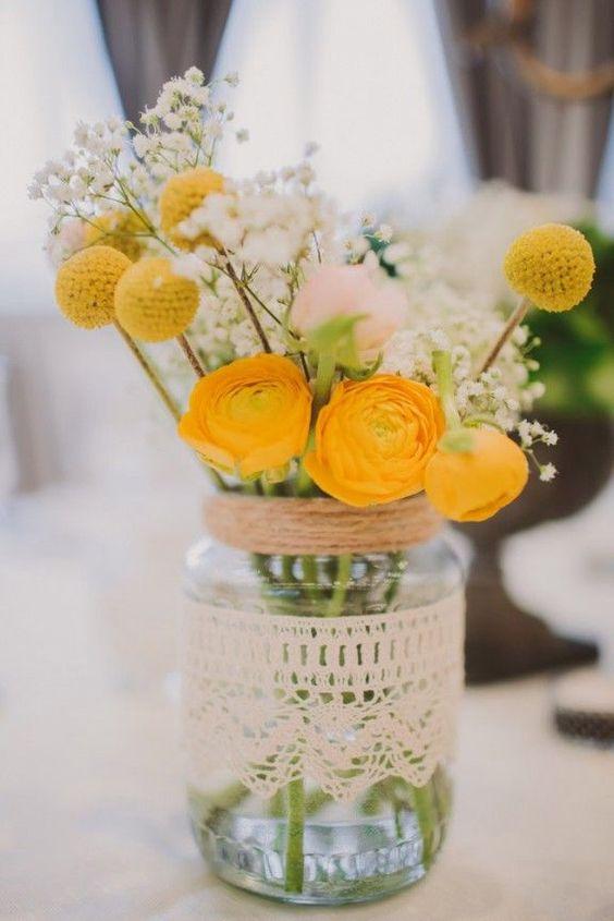 centrotavola giallo di fiori primaverili