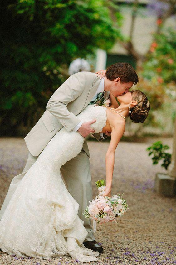 foto bacio di matrimonio sposo e sposa