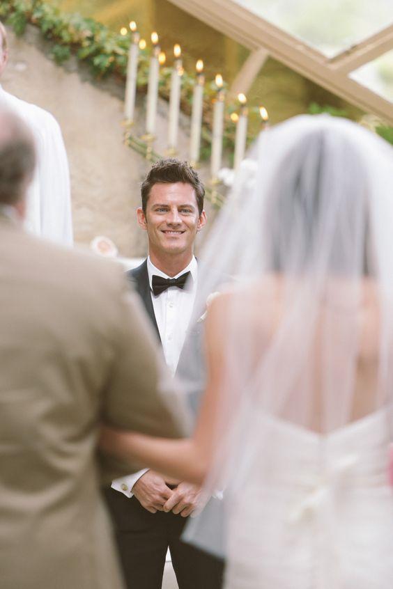 foto dello sposo che guarda la sposa arrivare