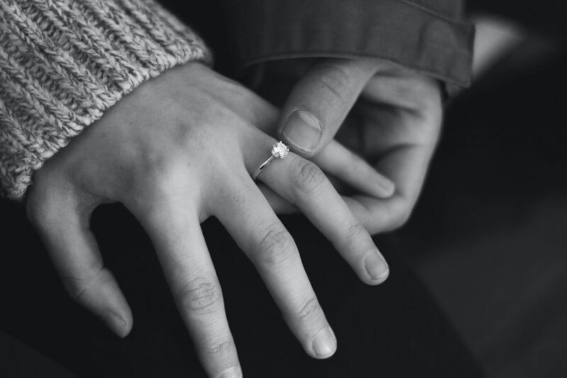 fidanzati e anello diamante di fidanzamento